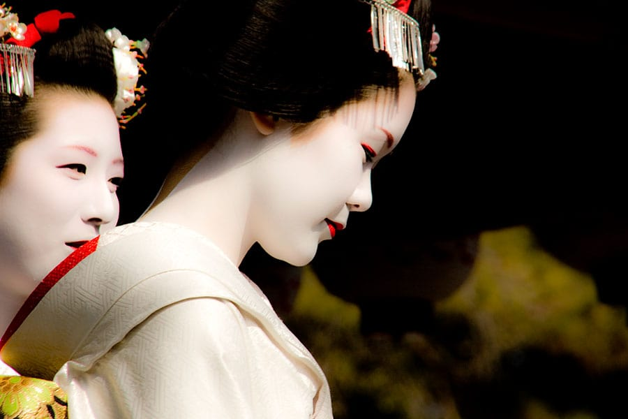 Maiko leave the stage at Yasaka Shrine