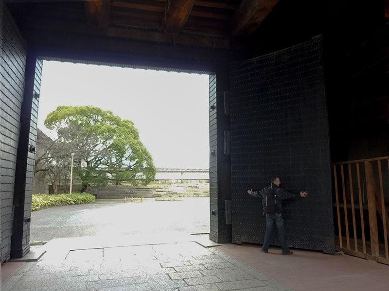 Inside the ote-guchi gate