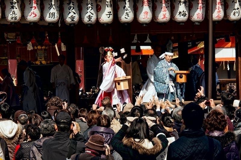 Miko & Kannushi in Yasaka Shrine
