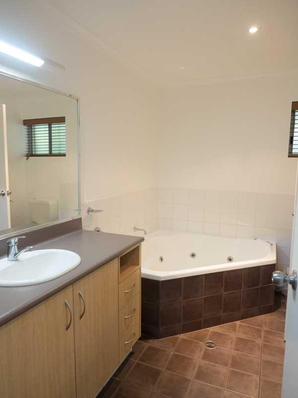 Angourie Rainforest Resort - bathroom