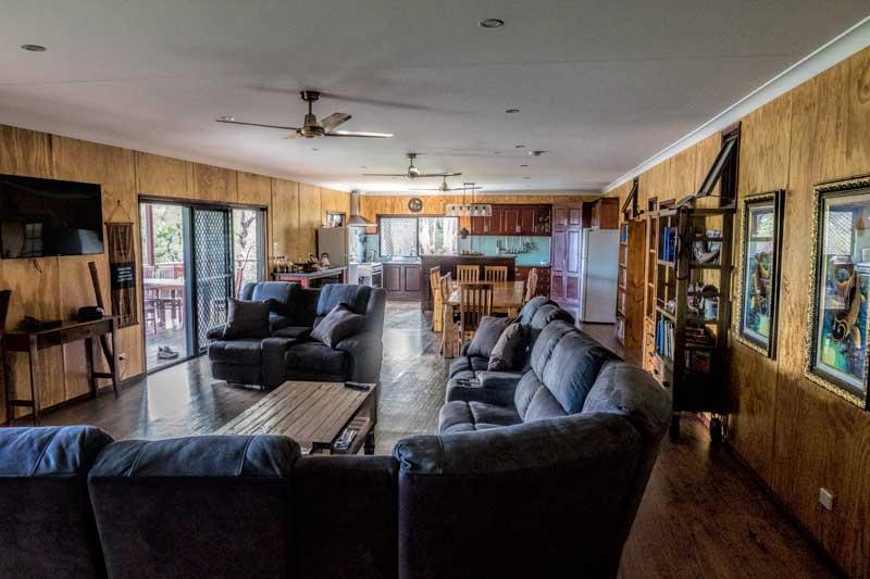 Tweeters Country Getaway lounge room