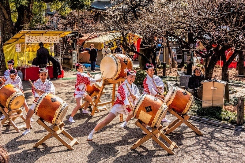 Young women play the taiko drums at Yushima Tenjin Shrine