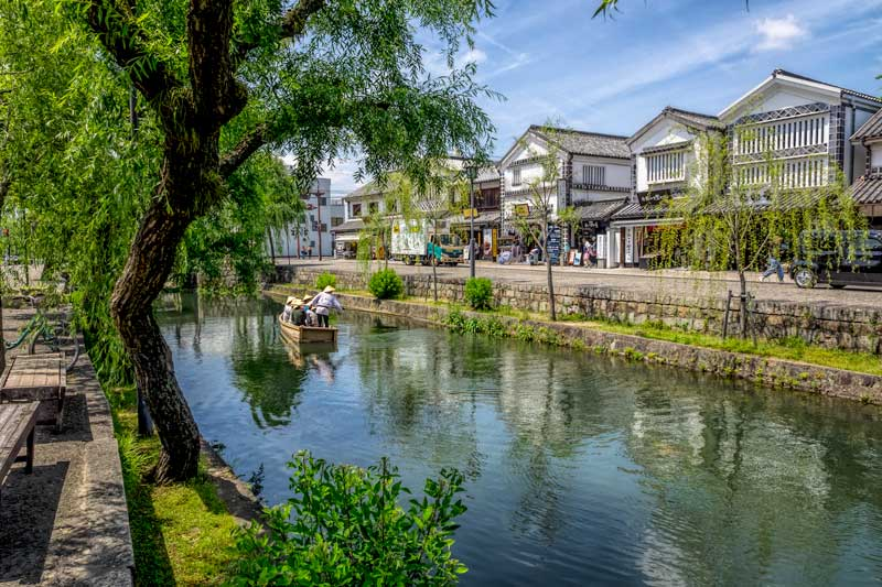 White storehouses from the Edo period still stand beside the  canal in Kurashiki